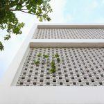 Thiết kế nhà ống 3 tầng hướng tây với tường gạch lỗ nhỏ chắn nắng