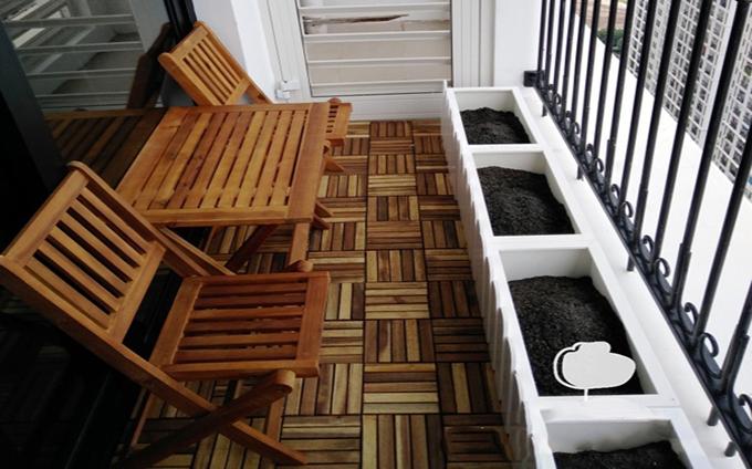 Trang trí tiểu cảnh ban công cho mẫu nhà ống 4 tầng đơn giản bằng bàn ghế gỗ mộc